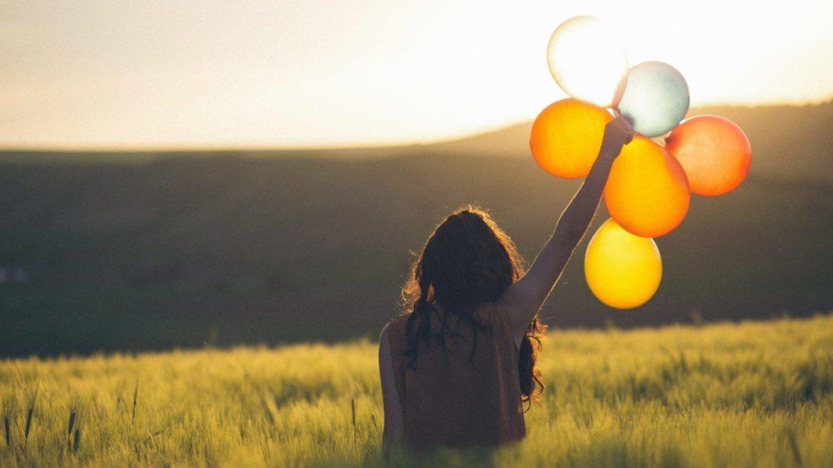 風船と女性