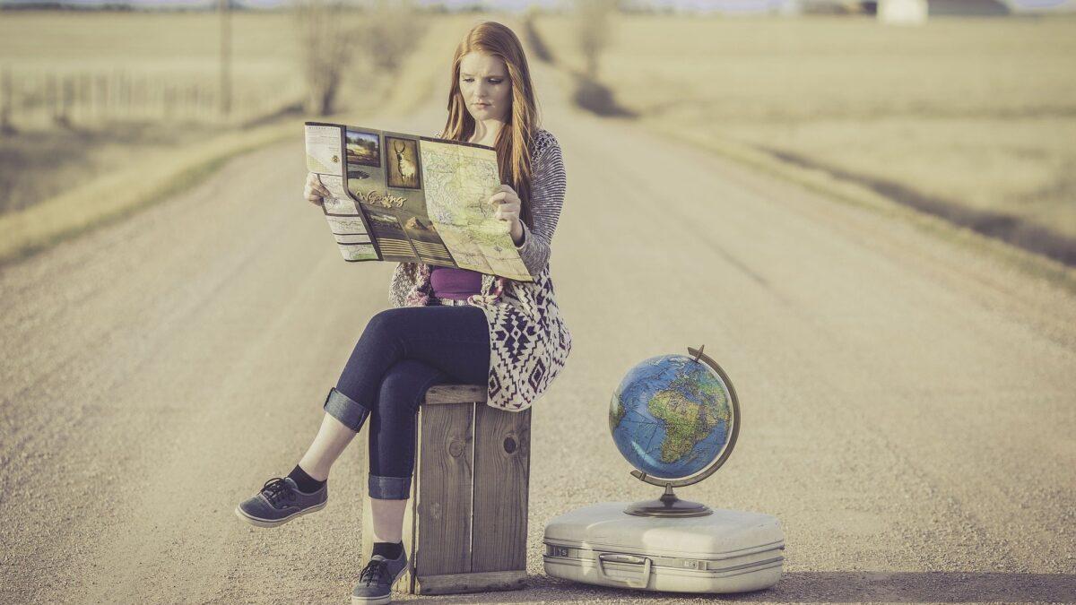 地図を読む女性