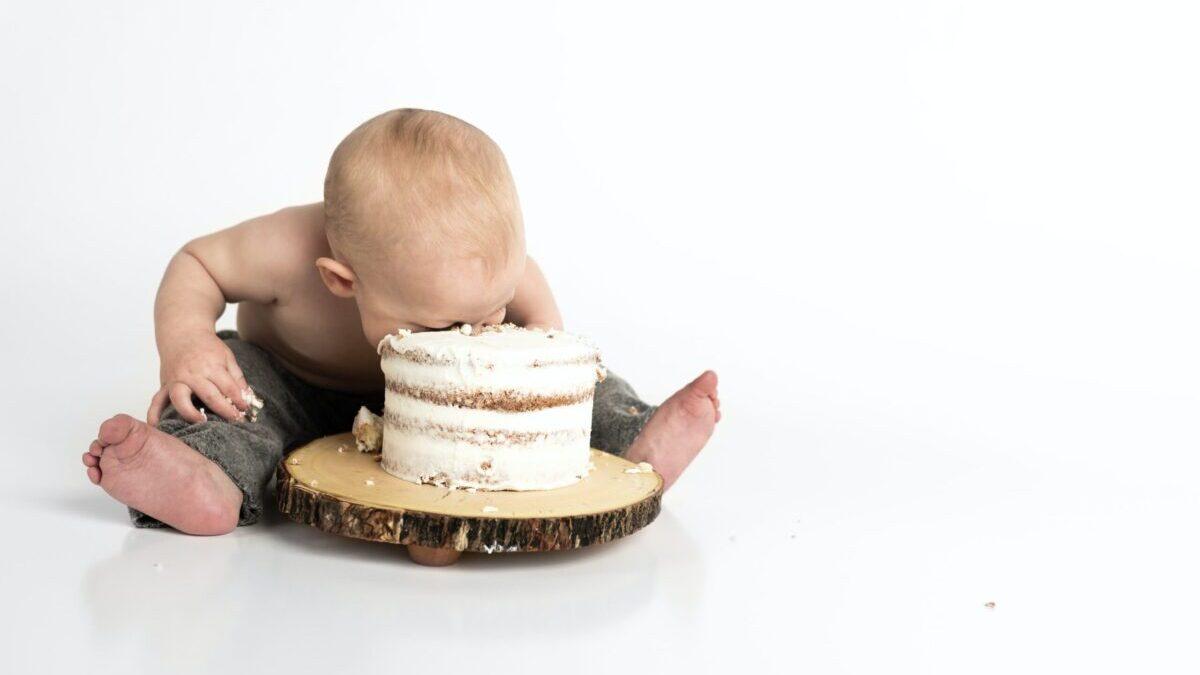 ケーキに顔をつっこむ