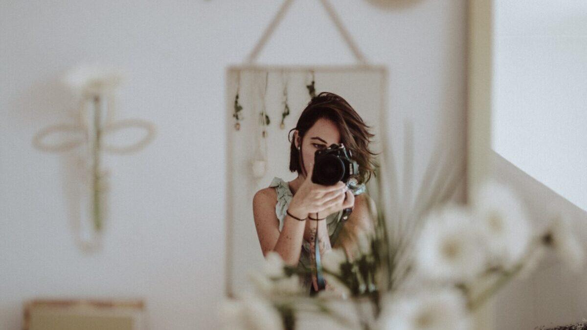 鏡で写真を撮る